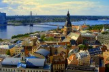 Lettonia – Il premier pensa all'Eurozona mentre tutti scappano